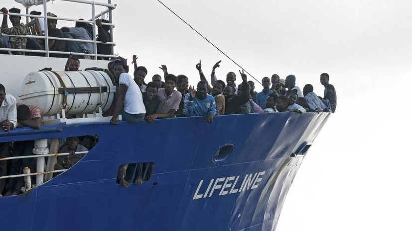 Канцлер Австрии выступил против приёма судов с мигрантами в Европе