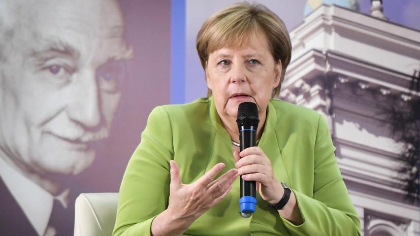 Меркель в Тбилиси получила в подарок картину XVII века и спела немецкую народную песню