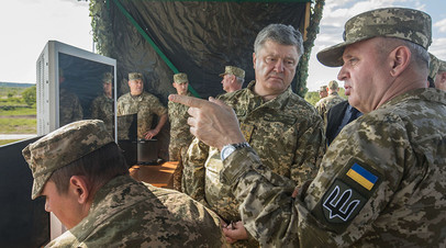 Пётр Порошенко и начальник Генштаба ВСУ Виктор Муженко на военном полигоне