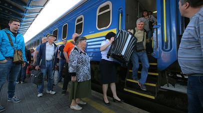 Пассажиры на Центральном вокзале в Киеве
