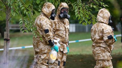 Сотрудники правоохранительных органов в костюмах химзащиты в Солсбери
