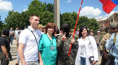 Лилия Радионова с бойцами ополчения