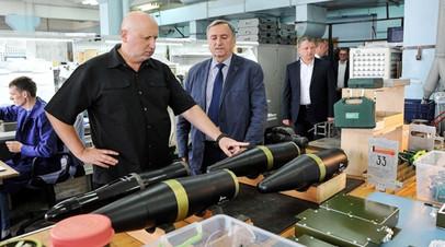 Александр Турчинов рассматривает оружие украинского производства