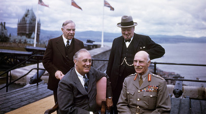 Премьер-министр Канады Макензи Кинг, премьер-министр Великобритании Уинстон Черчилль, президент США Франклин Делано Рузвельт, генерал-губернатор Канады принц Александр Текский на конференции в Квебеке, 1943 год