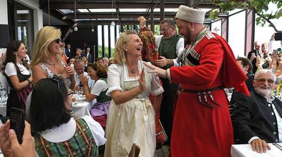 Что известно о главе МИД Австрии, на свадьбу которой едет Путин