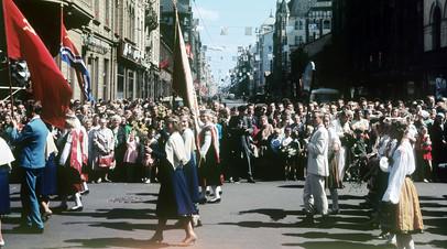 Народные гуляния в день праздника песни. Латвийская ССР