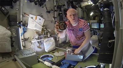 Российские космонавты на МКС меняют у американцев творог на консервы с крабами
