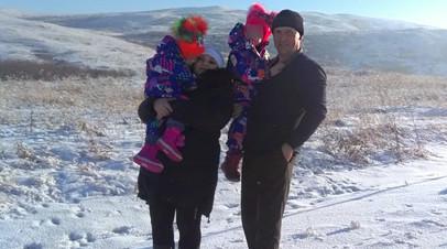 Мать сиамских близнецов обвинили в плохом уходе за детьми после съёмок для ТВ