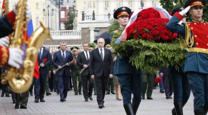 Путин возложил цветы к Могиле Неизвестного Солдата в Курске