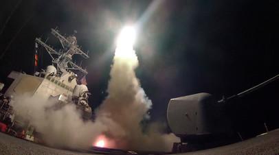 Американский эсминец USS Porter наносит ракетный удар по Сирии 7 апреля 2017 года