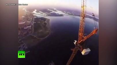 «Офис» на высоте 462 метров: монтажник снял видео со шпиля комплекса «Лахта-центр» в Петербурге