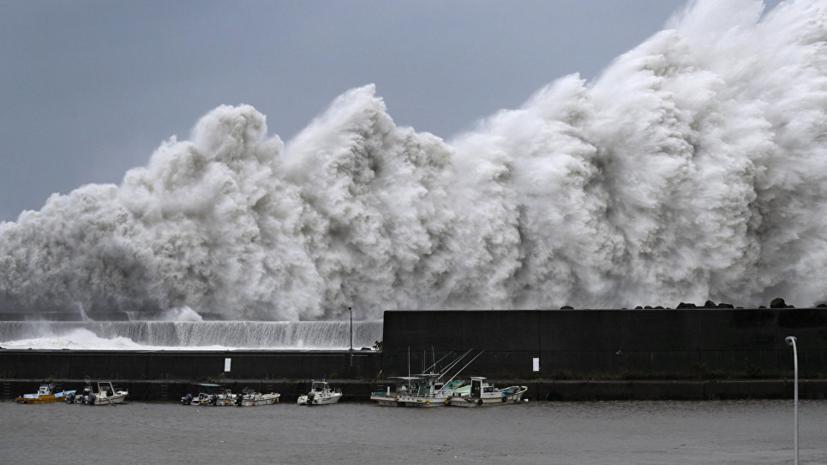 ВЯпонии международный аэропорт затопило из-за тайфуна Джеби