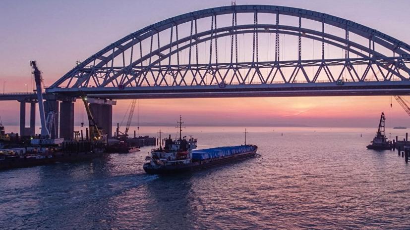 Плавучий кран столкнулся с Крымским мостом и повредил ограждение