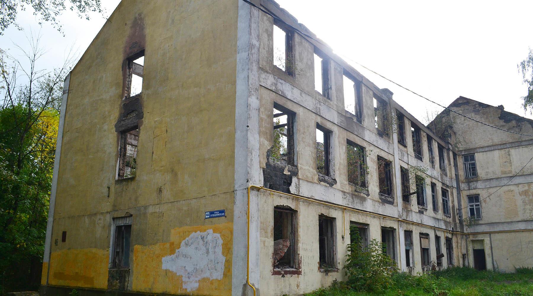 Власти подмосковного города десять лет не могут расселить сгоревший дом