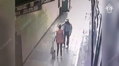 Подозреваемый в убийстве полицейского в московском метро скрывается с места преступления — видео