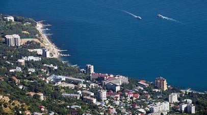 Вид на черноморское побережье и посёлок Мисхор с вершины горы Ай-Петри в Крыму