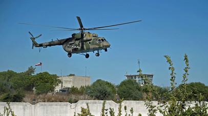 Вертолёт Ми-8 ВКС РФ совершает облет территории авиабазы «Хмеймим» в Сирии