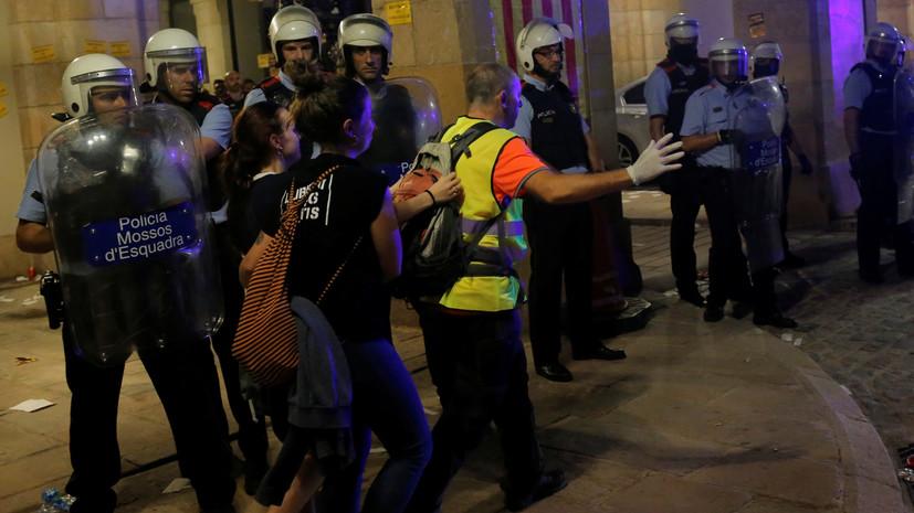 В итоге  протестов вБарселоне пострадали около 30 полицейских