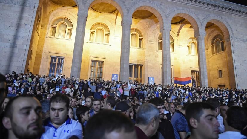 Протестующие окружили здание парламента Армении
