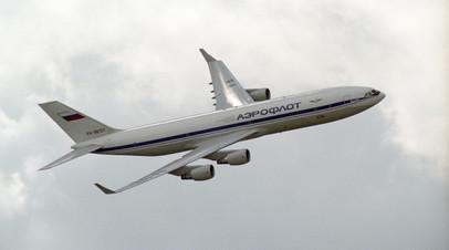 Дальнемагистральный лайнер Ил-96 в полёте