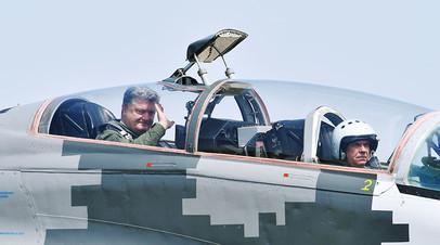 Президент Украины Петр Порошенко в кабине истребителя МиГ-29