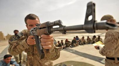 Американский солдат ведёт огонь из АК