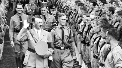 Гитлер во время осмотра солдат в гитлерюгенде