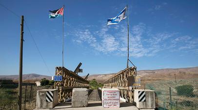 Иорданские и израильские флаги на мосту Нахараим на границе между двумя странами