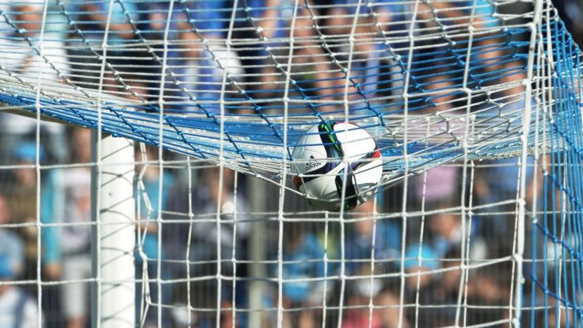В матче чемпионата Нидерландов по футболу на поле выбежала обнажённая девушка