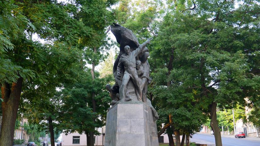 В Одессе вандалы разрисовали памятник «Потёмкинцам — потомки»