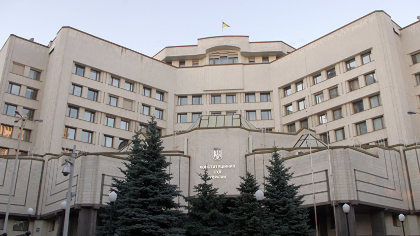 В КС Украины признали законной отмену пособия по уходу за ребёнком