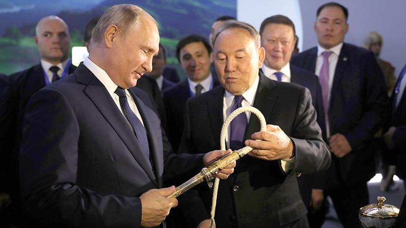 Путину в Казахстане подарили завязанный в узел гвоздь и кнут