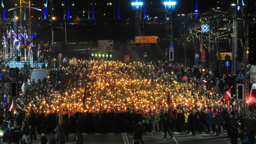 В Риге 20 тысяч человек приняли участие в факельном шествии