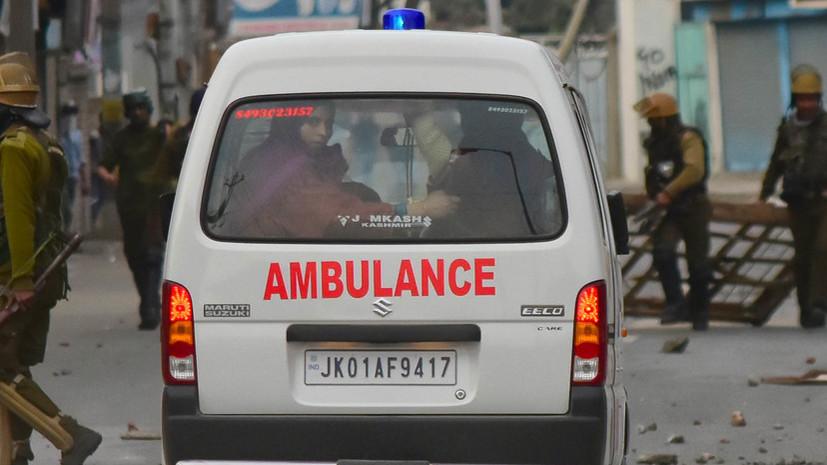 В Индии девять человек погибли при падении автобуса с моста