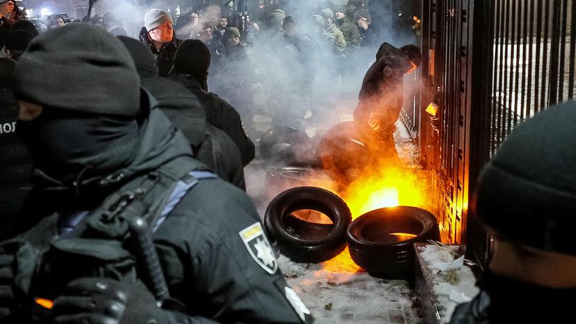 Посольства РФ в Украине закидали файерами и дымовыми шашками