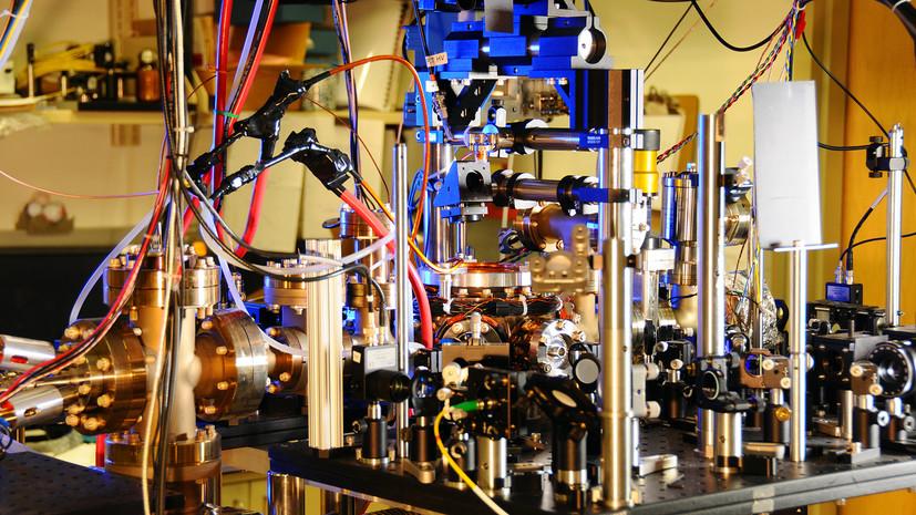 Как усовершенствованные атомные часы помогут в поиске тёмной материи
