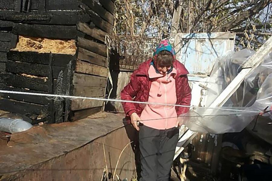 «Кутаю его в пять одеял, сверху — целлофан»: в Саратове пенсионерка и её сын-инвалид живут на пепелище сгоревшего дома 4