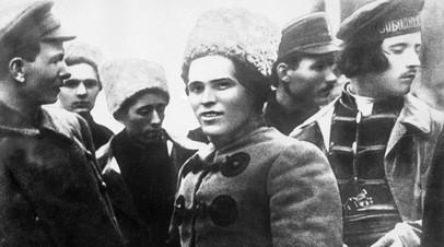 Нестор Иванович Махно (в центре) со своим штабом