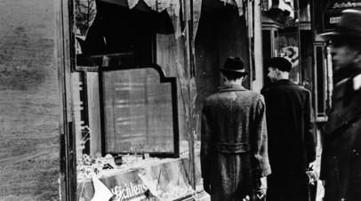 Разбитая витрина еврейского магазина в Берлине после беспорядков в ночь на 9 ноября 1938 года
