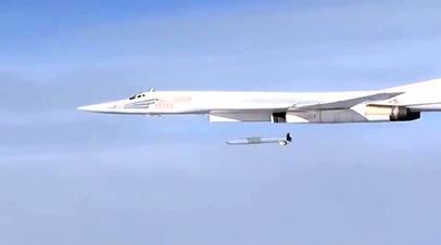 Бомбардировщик Ту-160 запускает ракету X-101 в Сирии