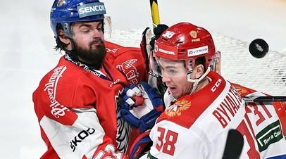 Хоккеист сборной России Алексей Бывальцев и игрок сборной Чехии Роман Горак
