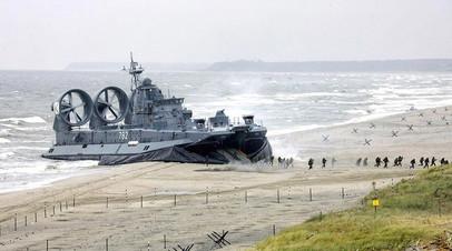 Высадка морских пехотинцев на учениях с корабля на воздушной подушке