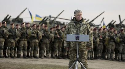 Пётр Порошенко выступает перед украинскими десантниками