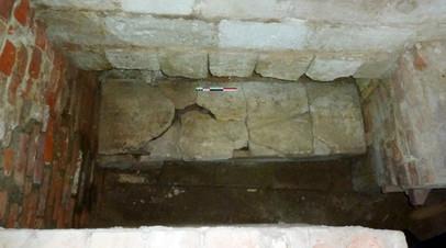 Саркофаг XIII века в северной апсиде ростовского Успенского собора