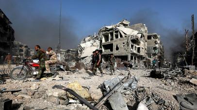 Солдаты сирийской армии среди руин города Эль-Хаджар-эль-Асвад, Сирия