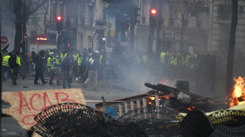 Два журналиста RT France пострадали в ходе столкновений в Париже