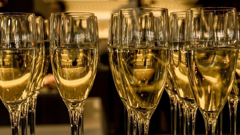 В России предложили разрешить продажу шампанского в новогоднюю ночь