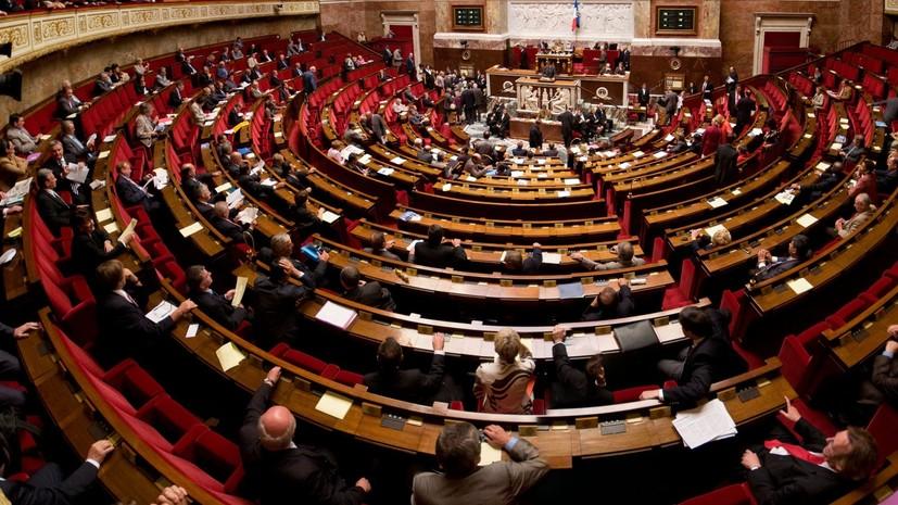 Нацсобрание Франции одобрило мораторий на повышение налогов на топливо