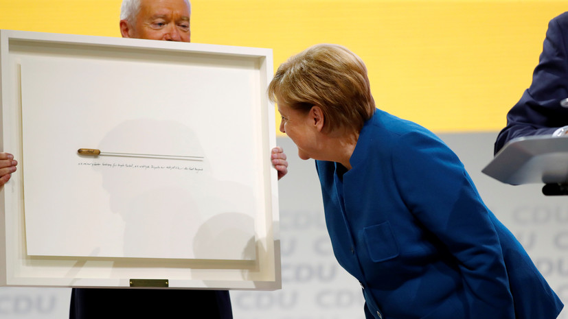 Уходящей с поста председателя ХДС Меркель подарили дирижёрскую палочку