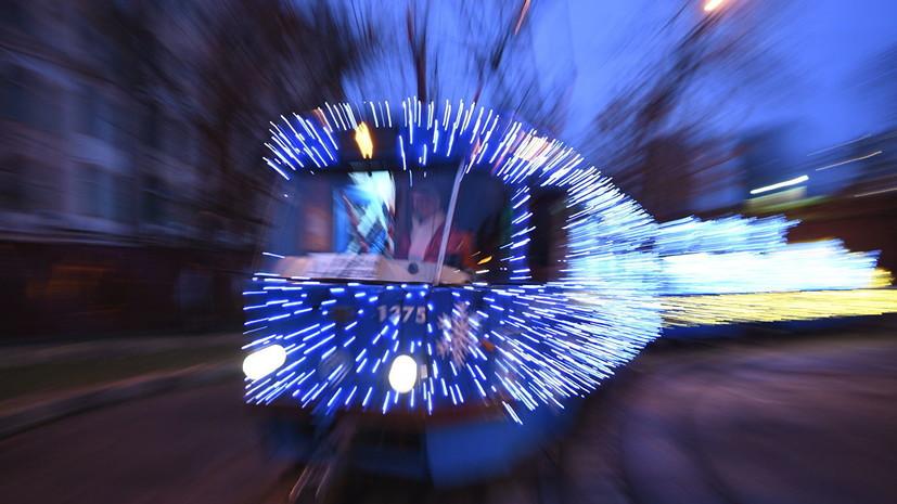 В Петербурге начал курсировать новогодний трамвай